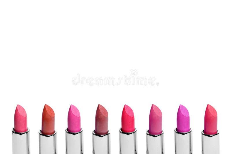 Satz Farblippenstifte vereinbarte in der Linie, die auf weißem Hintergrund lokalisiert wurde Eine Reihe des Rotem, rosa und Weinl lizenzfreie stockfotografie