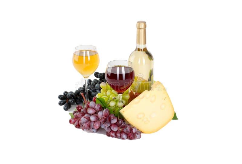Satz Flaschen des weißen und rosafarbenen Weins, glas und Käse-, Rote und weißetrauben. lizenzfreies stockbild