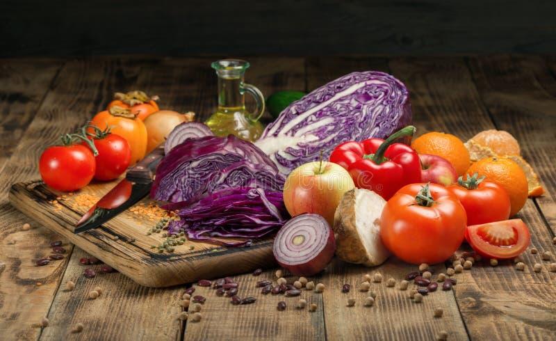 Satz Frischgemüse und Früchte auf Holztisch stockfotos