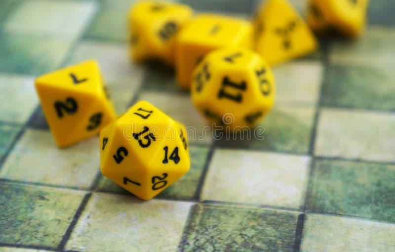 Satz Gelb würfelt für RPG, Brettspiele, Tischplattenspiele oder Kerker und Drachen stockbilder
