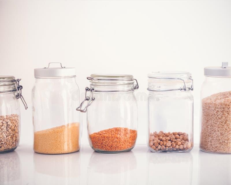 Satz Getreide in einem Glasgefäß auf einem weißen Hintergrund, Reis chickp lizenzfreies stockbild