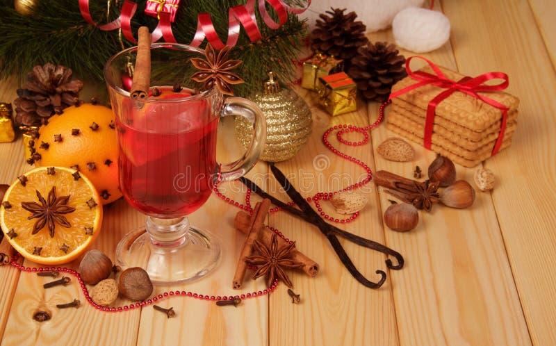 Satz Gewürze für Weihnachtsglühwein, -plätzchen und -früchte, an lizenzfreies stockbild