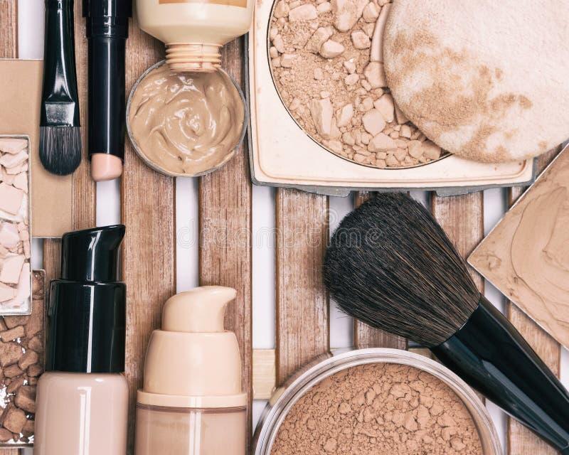 Satz Grundlagenkosmetische Produkte mit Berufsbürsten stockbild