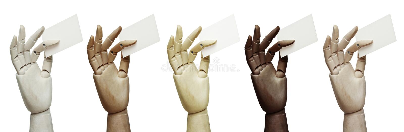 Satz hölzerne Hände von den verschiedenen Farben, die Visitenkarten halten stockbilder