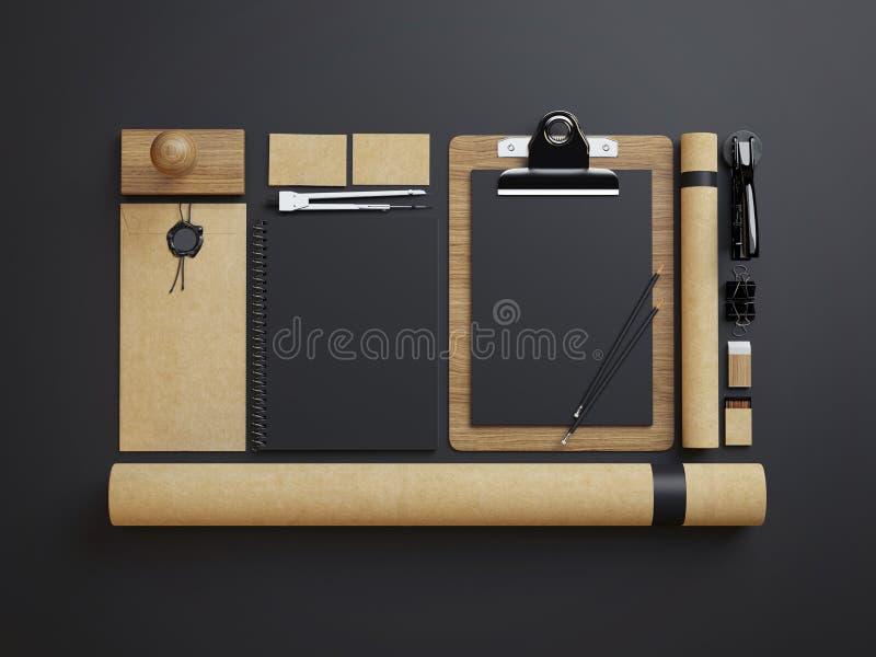 Satz Handwerksidentitätselemente auf schwarzem Papierhintergrund stockbilder