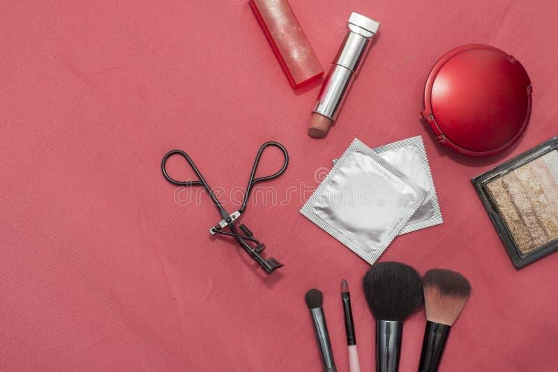 Satz Kosmetik, empfängnisverhütende Mittel, Kondom lizenzfreies stockfoto