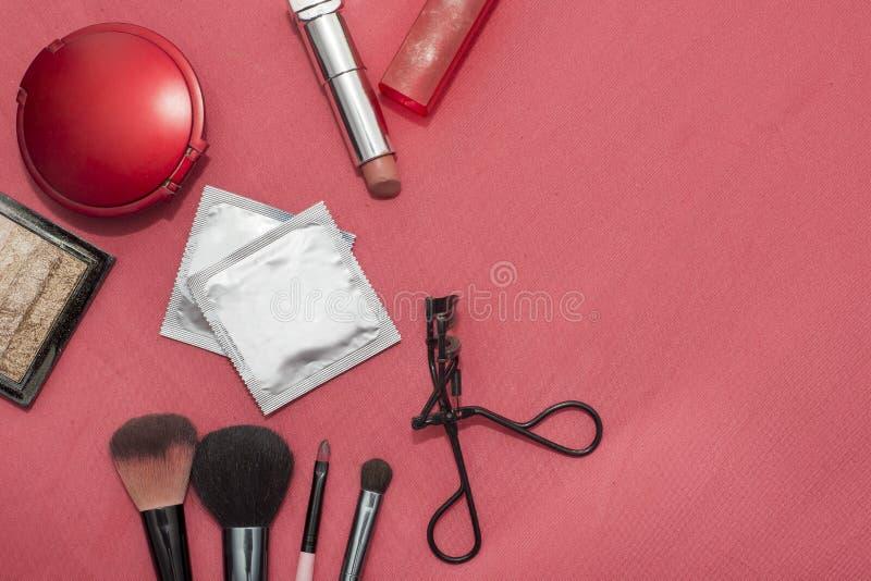 Satz Kosmetik, empfängnisverhütende Mittel, Kondom stockbild