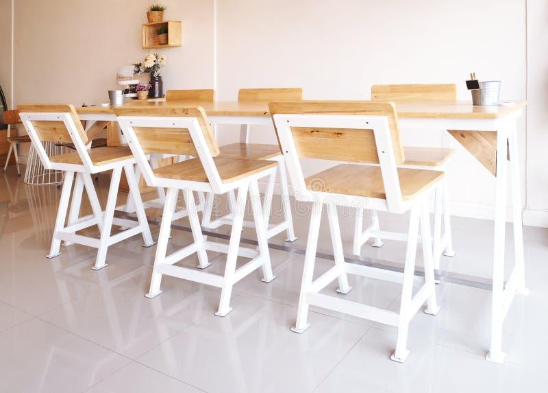 Download Satz Langer Holztisch Und Stühle Stockbild   Bild Von Wohnung,  Eleganz: 87831451