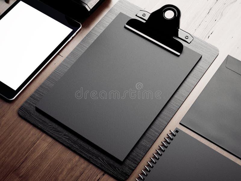 Satz leere klassische Elemente auf der braunen Tabelle lizenzfreie stockfotografie
