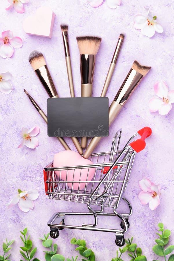 Satz Make-upbürsten auf rosa Hintergrund stockfotos