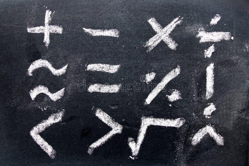 Satz Mathesymbolabgehobener betrag durch Kreide auf Tafelhintergrund stockfotos