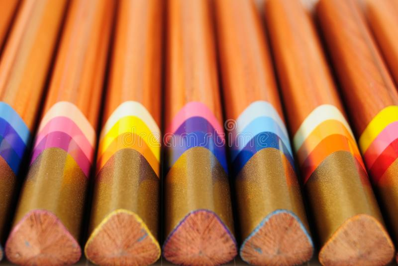 Satz mehrfarbige Bleistifte lizenzfreie stockbilder