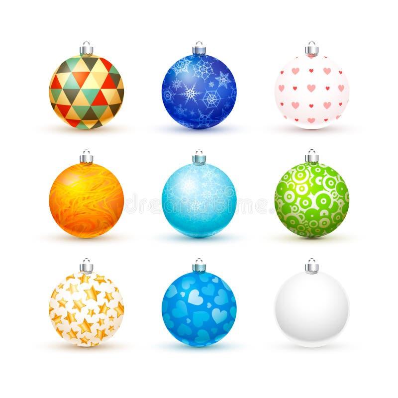 Satz nette verschiedene bunte realistische Weihnachtsbälle auf Weiß lizenzfreie abbildung