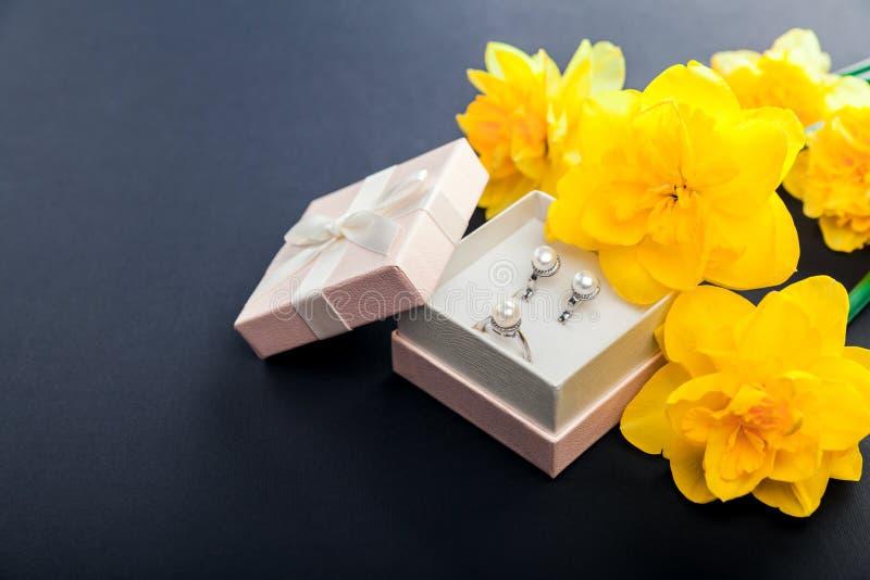 Satz Perlenschmuck in der Geschenkbox mit Blumen Silberne Ohrringe und Ring mit Perlen als Geschenk für Mutter ` s Tag lizenzfreie stockfotografie