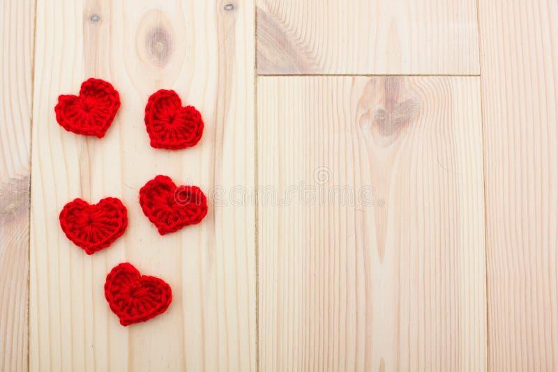 Satz Rot gestrickte Herzen lizenzfreie stockbilder