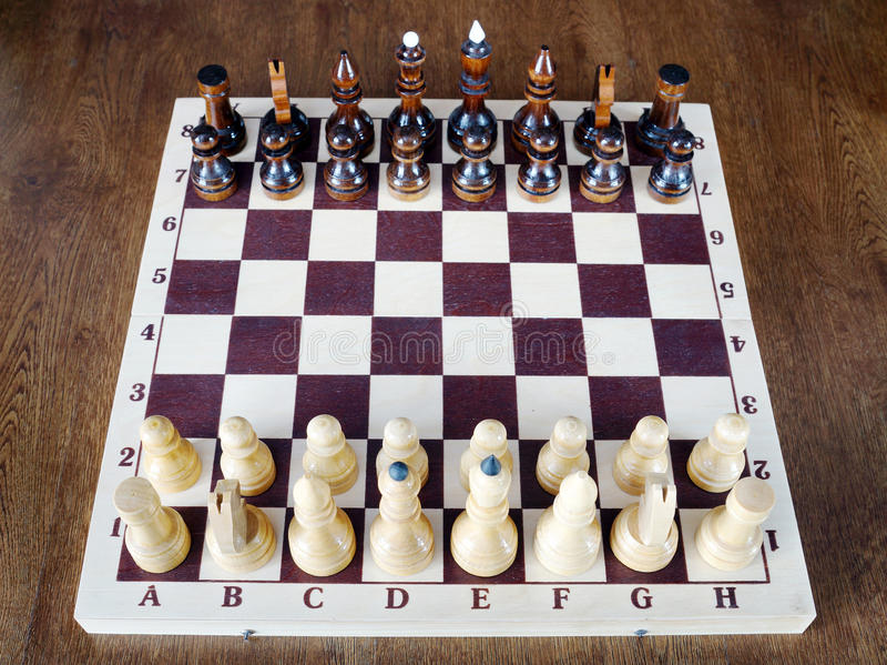 Satz Schachfiguren steht auf dem Schachbrett stockbilder