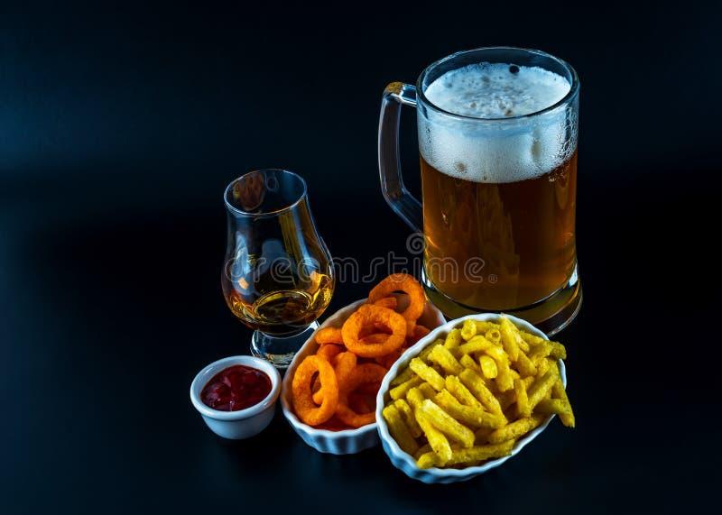 Satz Snäcke mit verschiedenen Bädern, einzelnes Malz in einem Glas und PU stockfotos
