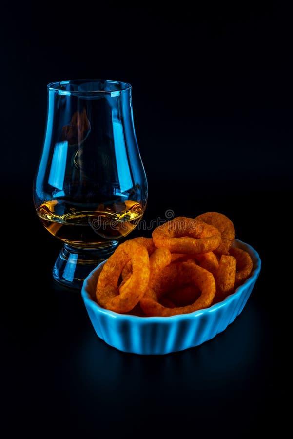 Satz Snäcke mit verschiedenen Bädern und einzelnes Malz in einem Glas, lizenzfreie stockfotografie