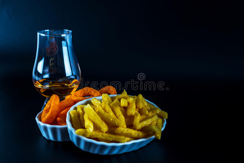 Satz Snäcke mit verschiedenen Bädern und einzelnes Malz in einem Glas, stockfotografie