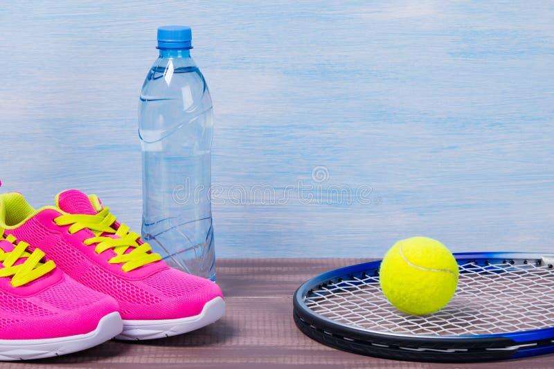 Satz Sporteinzelteile für das Spielen von Tennis in Form des Hintergrundes stockbilder