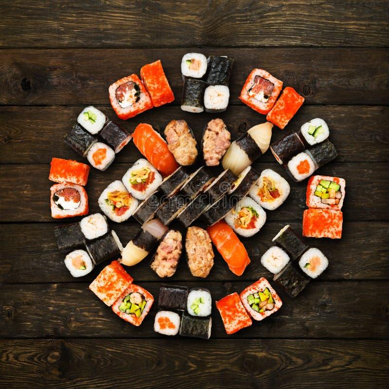 Satz Sushi, maki und Rollen am Holz lizenzfreies stockfoto