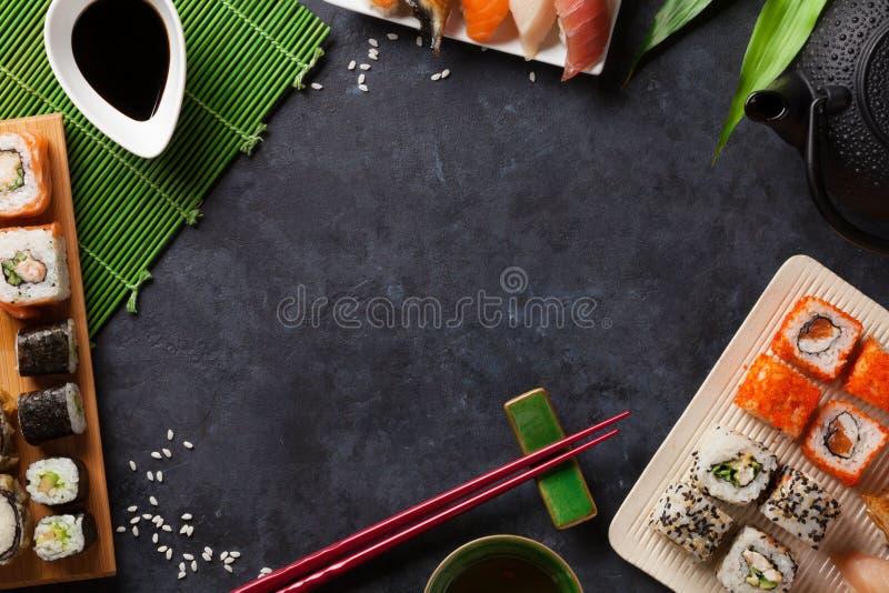 Satz Sushi- und makirolle und grüner Tee stockfotos