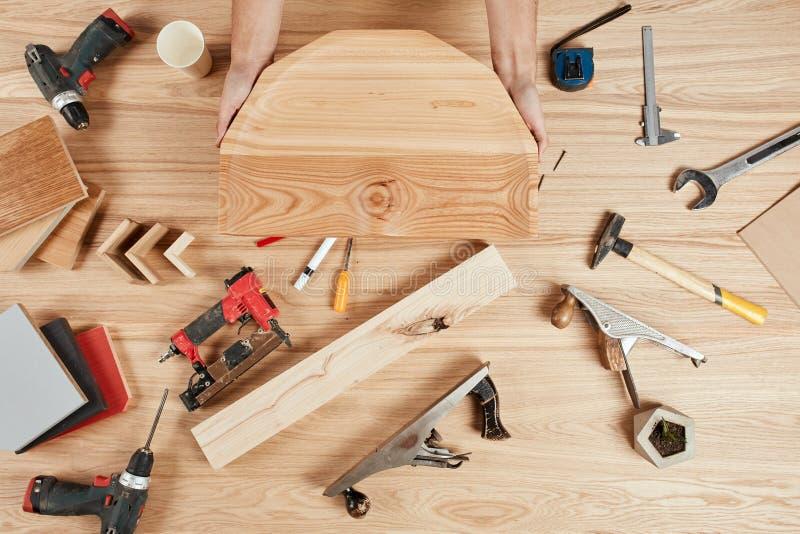 Satz Tischler ` s Werkzeuge auf hölzernem Hintergrund stockfotos