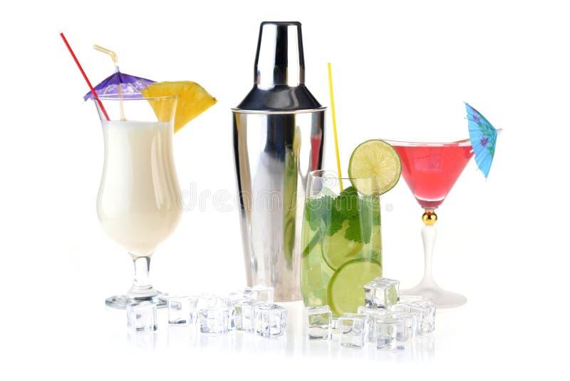 Satz verschiedene Getränke und Flaschen lokalisiert auf weißem Hintergrund lizenzfreies stockfoto