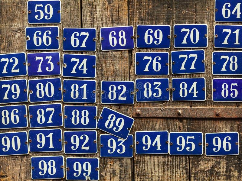 Satz verschiedene Hausnummerplatten stockfotos