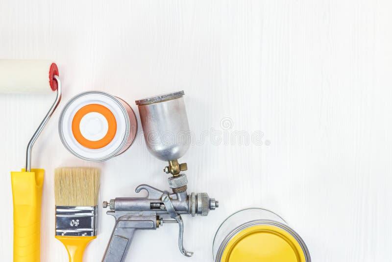 Satz verschiedene Malereiwerkzeuge und -Zubehör für Haus renovati stockfotografie