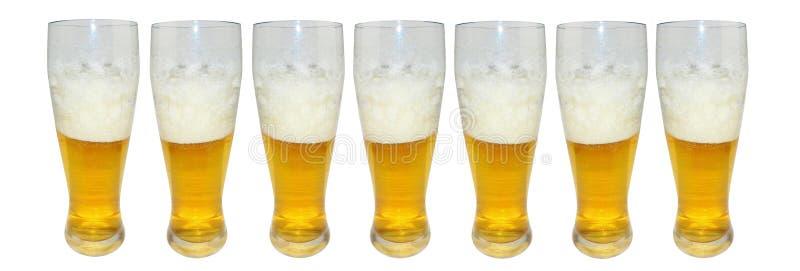 Satz verschiedene volle Biergläser Getrennt auf weißem Hintergrund stockfotografie