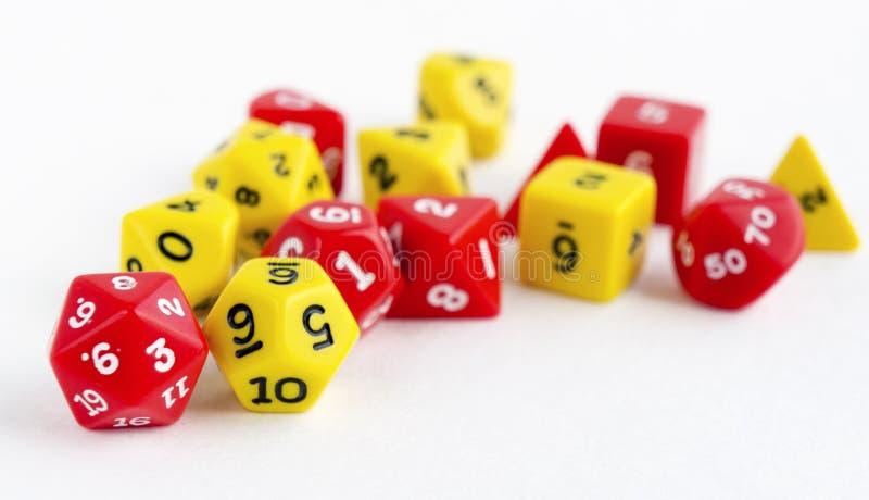 Satz von Gelbem und von Rotem würfelt für RPG, dnd oder Brettspiele auf hellem Hintergrund stockfotografie