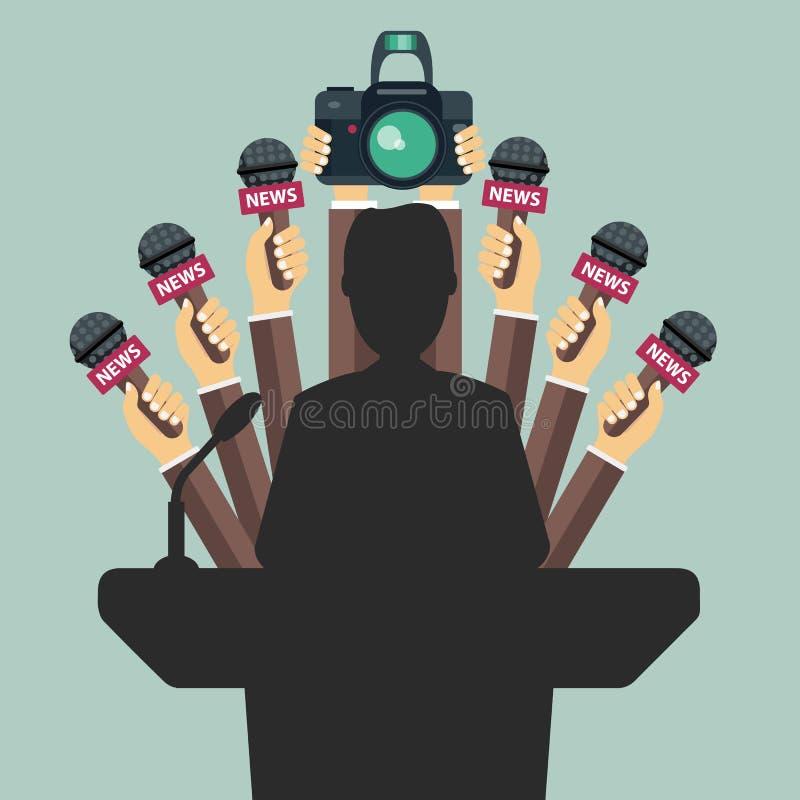 Satz von Mikrophonen und von Kamera vor dem Geschäftsmann, der eine Rede gibt Massenmedien lizenzfreie abbildung