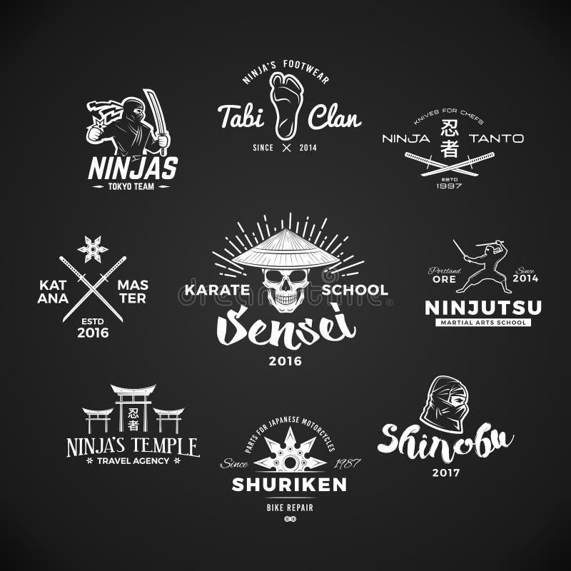 Satz von Ninjutsu-Logo Sensei-Schädelt-shirt Illustrationskonzept auf grauem Hintergrund Japaner Katana-Waffeninsignien lizenzfreie abbildung