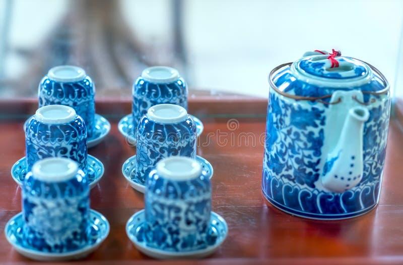 Satz von Teekannen und von alten Teeschale auf dem Tisch lizenzfreies stockfoto