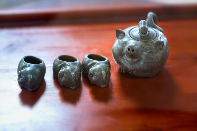 Satz von Teekannen und von alten Teeschale auf dem Tisch stockfotografie