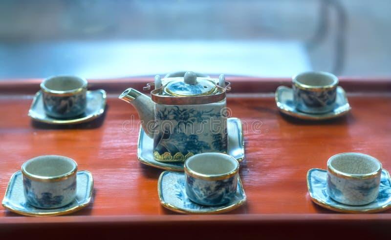 Satz von Teekannen und von alten Teeschale auf dem Tisch stockfoto