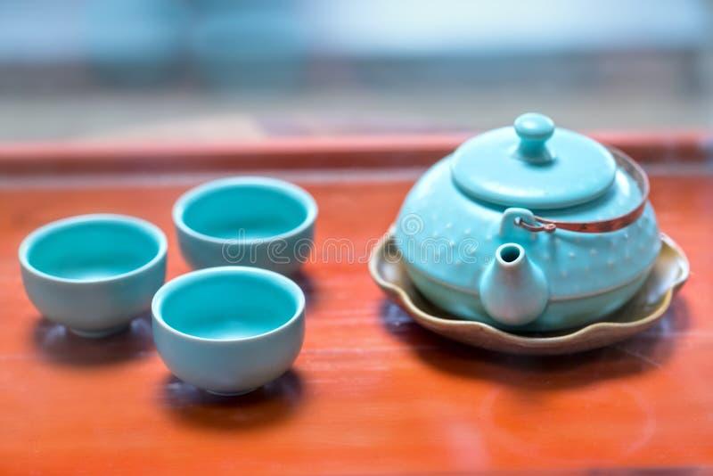 Satz von Teekannen und von alten Teeschale auf dem Tisch lizenzfreie stockfotografie