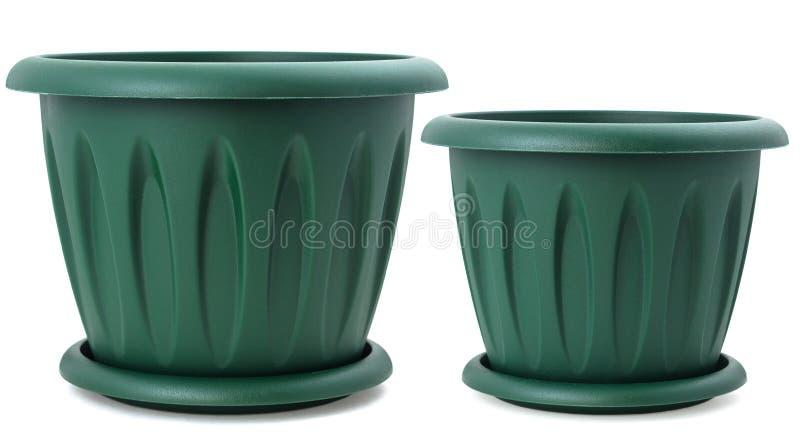 Satz von zwei grünen Plastikblumentöpfen für Zimmerpflanzen, lokalisiert lizenzfreie stockfotos