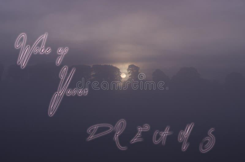 Satz wachen Ihre Träume auf, die auf Sonnenuntergangmorgenhintergrund handgeschrieben sind lizenzfreies stockbild