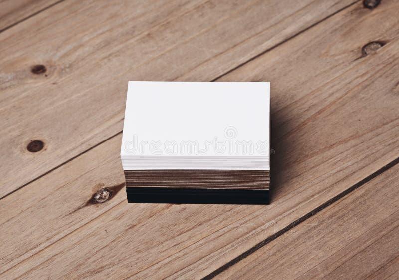 Satz weißen, Schwarzen und Handwerksvisitenkarten auf hölzerner Tabelle lizenzfreies stockfoto