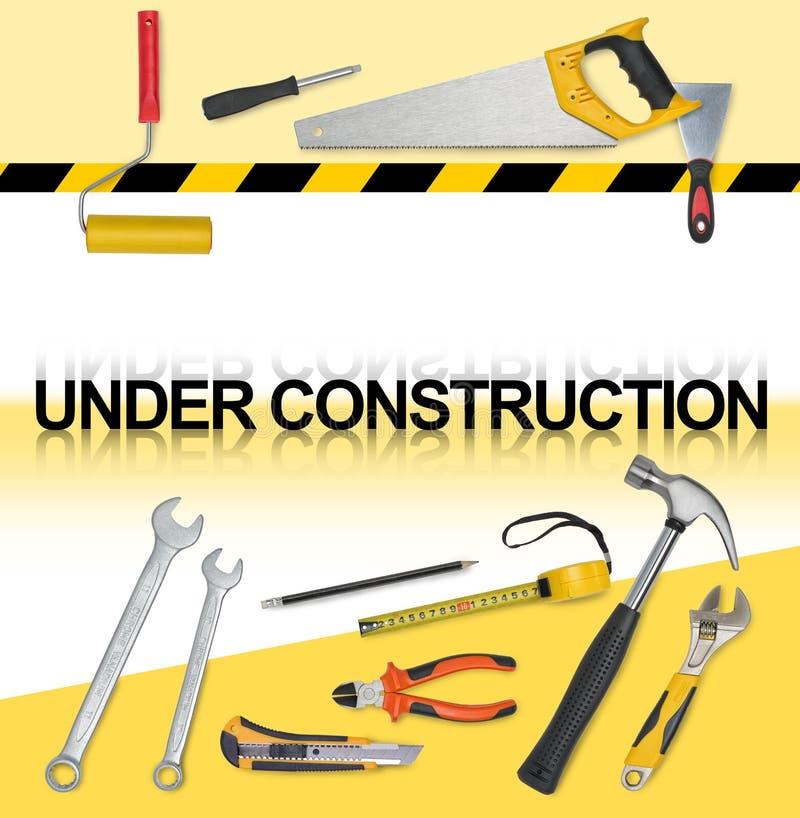 Satz Werkzeuge mit den Wörtern im Bau Säge, Maßband, Schlüssel, Schlüssel, Farbenrolle, Hammer, Schneider, Zangen lizenzfreie abbildung