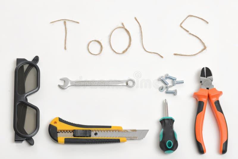 Satz Werkzeuge vereinbarte auf einem weißen Hintergrund in der Draufsicht Threadschnur, die Wörter WERKZEUGE macht stockfotos