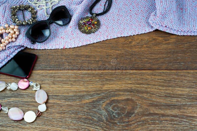 Satz women& x27; Schmuckperlenarmbandgläser s-Zubehörs Draufsichtebene des Hintergrundes der beweglichen legen hölzerne dunkle Ko lizenzfreie stockfotografie