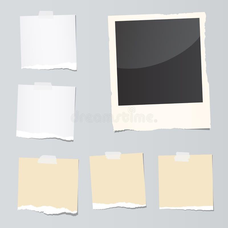 Satz zerrissene Briefpapierstücke und Sofortbildfilm sind auf grauem Hintergrund fest stock abbildung