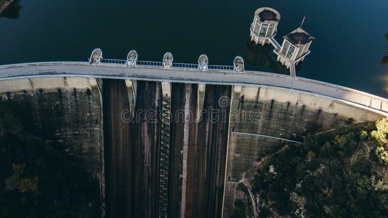Sau水库的水坝在赫罗纳省,加泰罗尼亚,西班牙 令人惊讶的鸟瞰图在一好日子 免版税库存照片