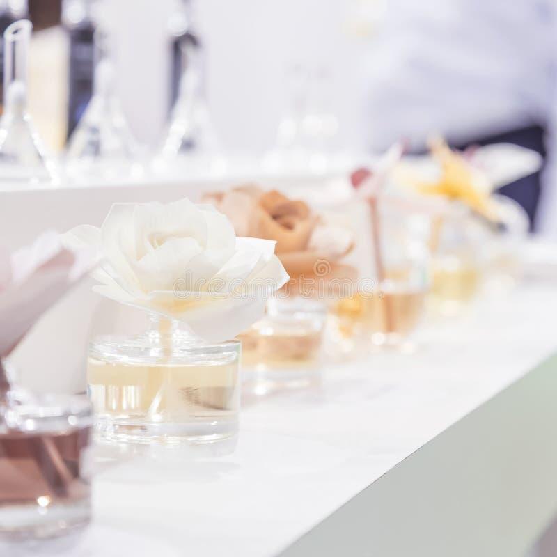Sauber, Hygiene, Aromatherapie, Badekurort und Gesundheit Aromatischer Lufterfrischerlufterfrischer in den Glasgefäßen in Form vo lizenzfreie stockbilder