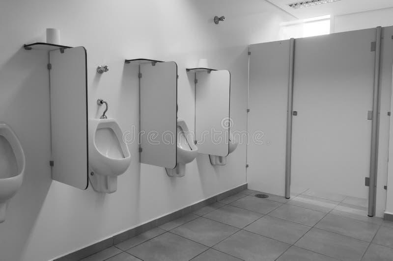 Saubere allgemeine Toilettentoilette Errichtendes Badezimmer öffentlich lizenzfreies stockfoto