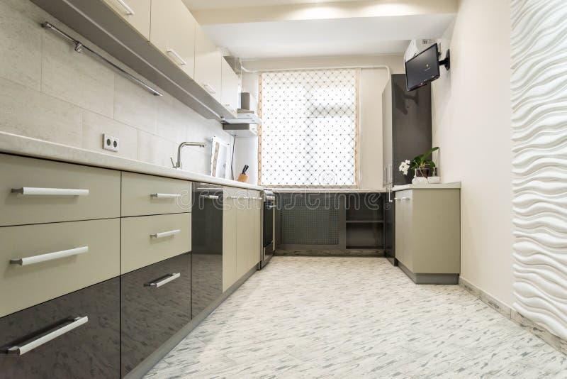 Saubere Innenarchitektur der modernen cremefarbenen Küche stockbilder