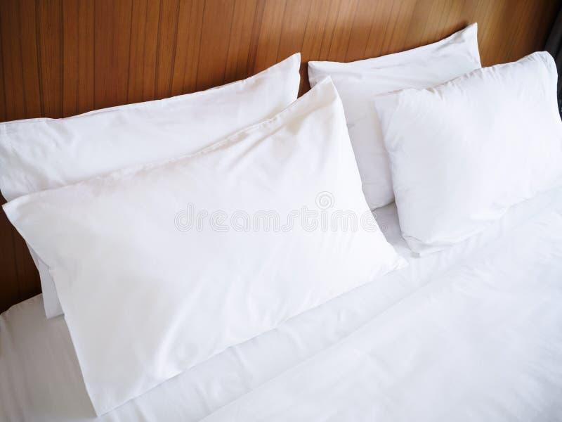 Saubere Leinenbettlaken des weißen Kissen Komfort-Betts stockfotografie